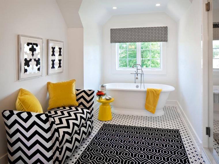 bagno bianco e nero elementi decorativi giallo