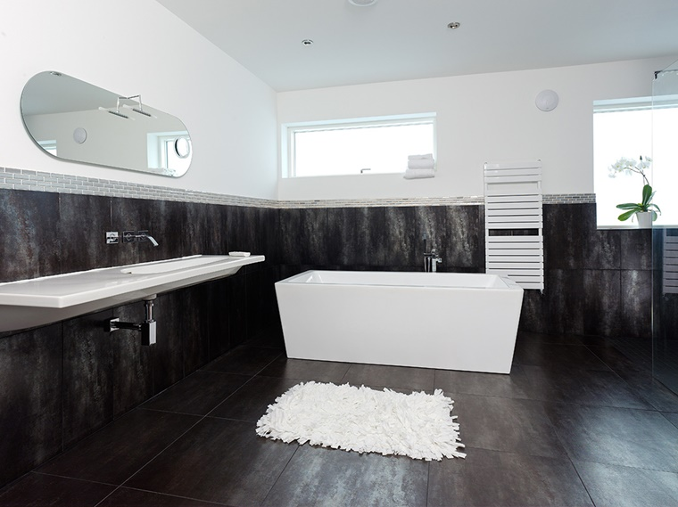 bagno bianco e nero stile contemporaneo
