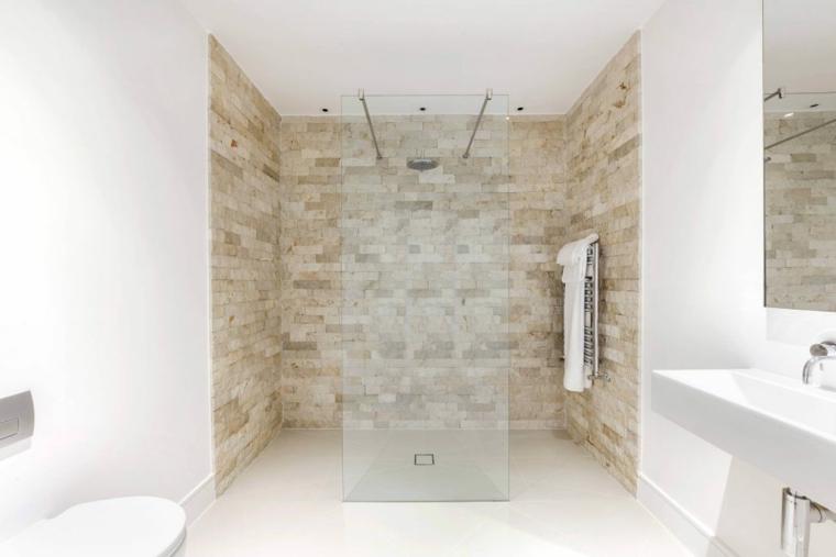 Cabina doccia con vetro, piastrelle bagno bianche, specchio sul lavandino