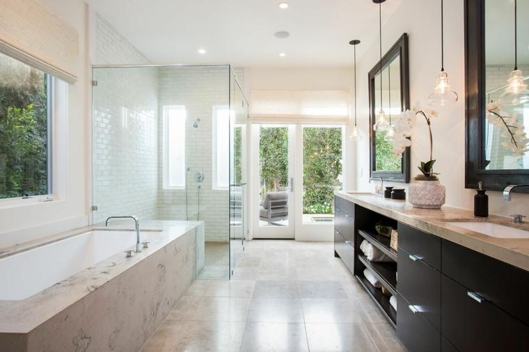 Vasca rivestita di marmo, mobile bagno salvaspazio, pavimento in piastrelle quadrate