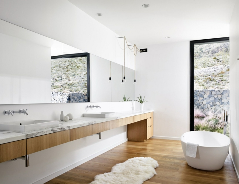 Rivestimenti bagni esempi, pavimento bagno di legno, vasca freestanding bianca