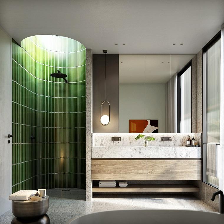 Mobile con lavabi ad incasso, pavimento in marmo, box doccia con piastrelle verdi, bagni lussuosi