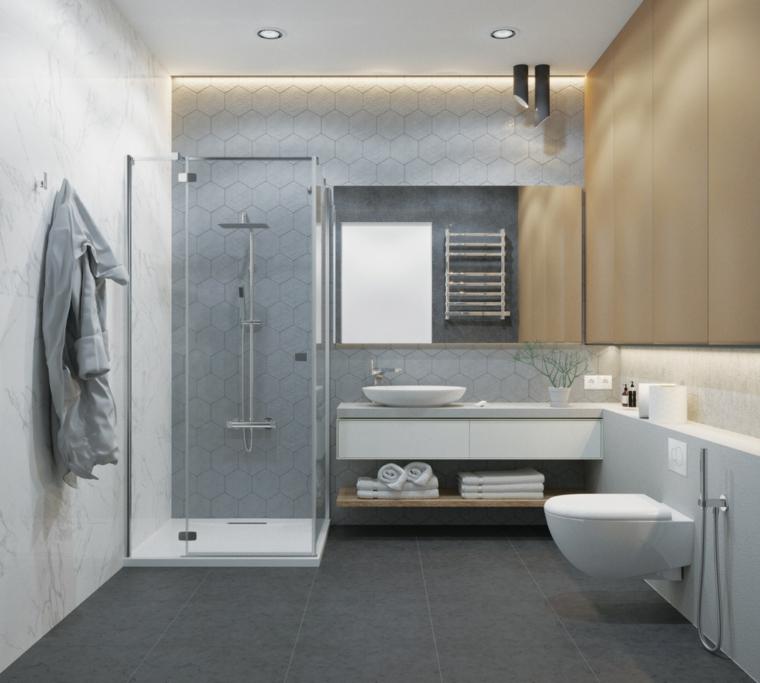 Sala da bagno con box doccia, pavimento con piastrelle grigie, faretti sul soffitto