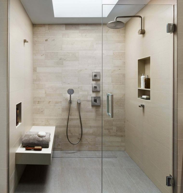 Box doccia con panchina, doccia con porta di vetro, nicchia in parete da bagno