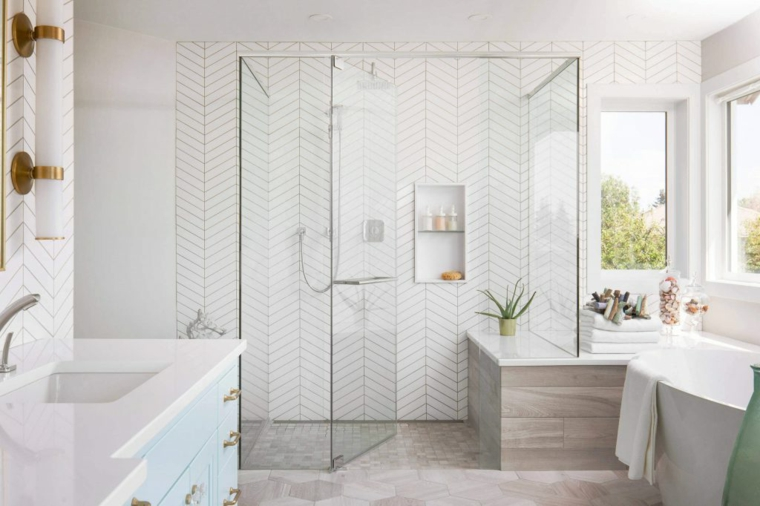 Piastrelle bianche in bagno, doccia walk, mobile rivestito in marmo bianco