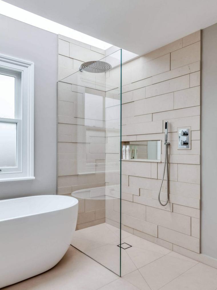 Parete con piastrelle, bagno con vasca, doccia walk, pavimento in piastrelle beige