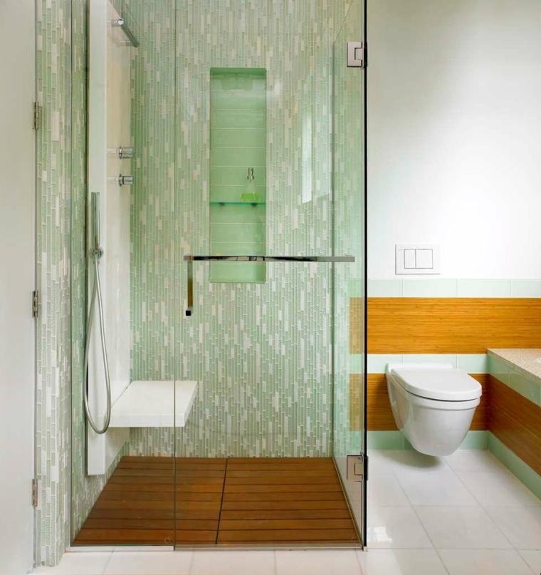 Box doccia con pavimento in legno, porta doccia in vetro, rivestimento pareti in legno