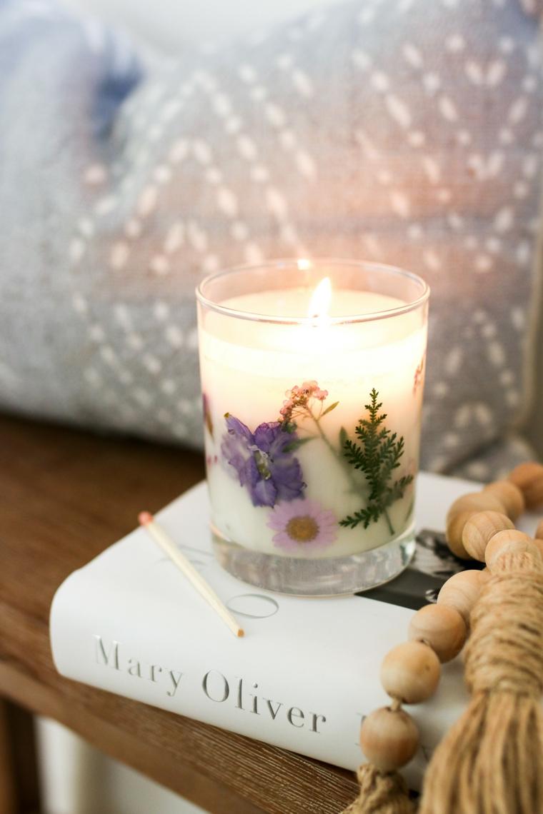 candela con petali di fiori regali per lei fai da te tavolino di legno con libro sopra