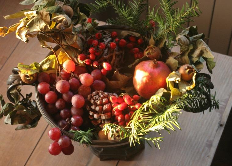centrotavola-autunnale-uva-foglie-secche
