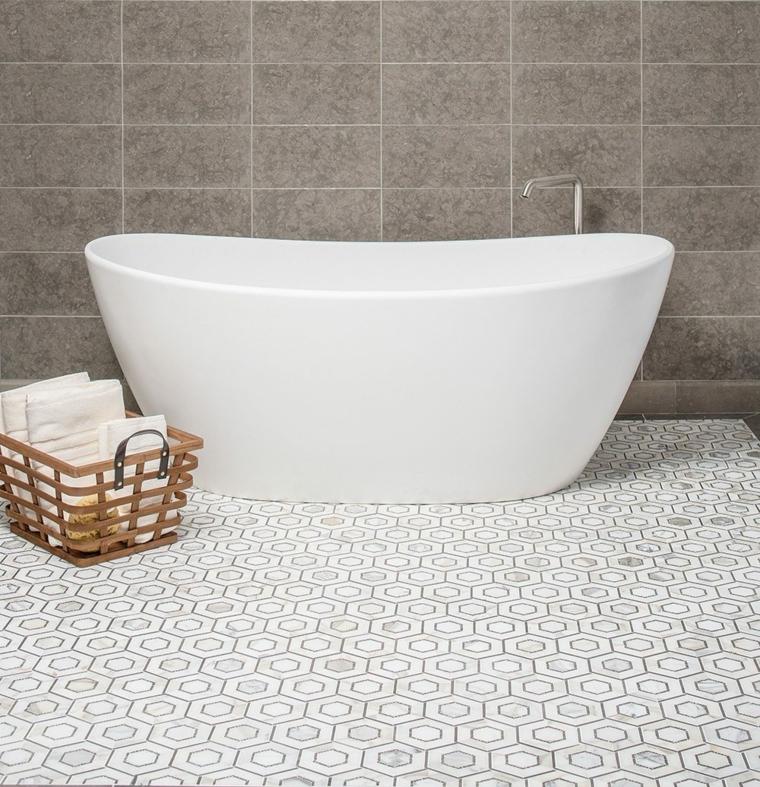 Rivestimento pavimento bagno piastrelle, vasca freestanding, cesto con asciugamani