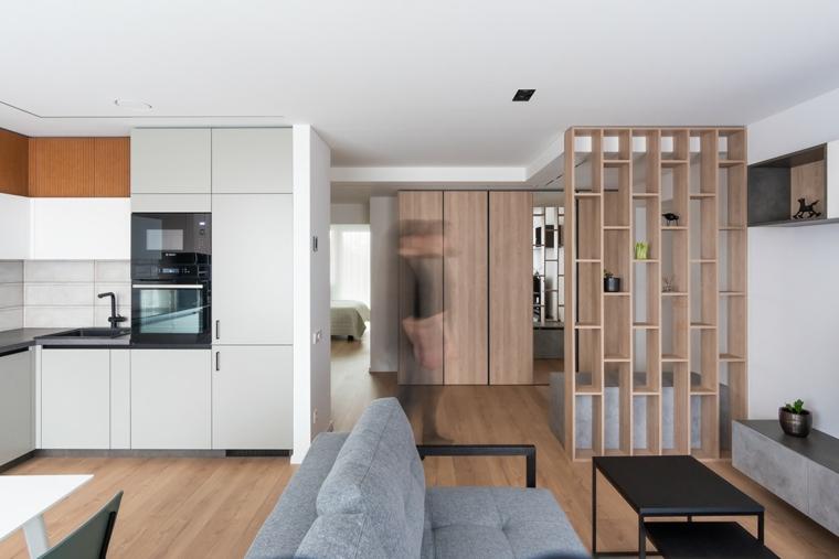 Idee pittura pareti soggiorno, un divano in tessuto grigio, cucina con mobili bianchi