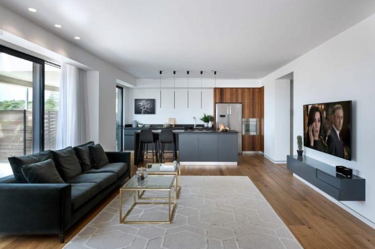 Salotto moderno, un divano grigio, due tavolini bassi in vetro, pavimento in legno parquet