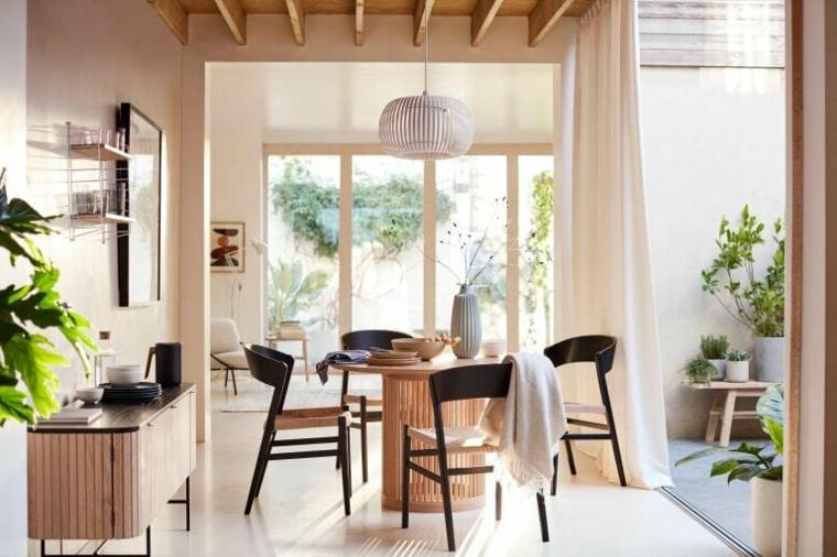 come arredare sala e salotto insieme tavolo di legno rotondo con sedie nere