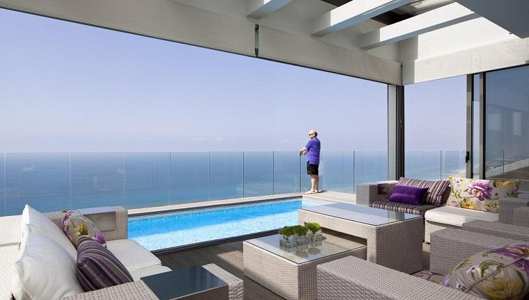 come arredare un terrazzo piscina mare