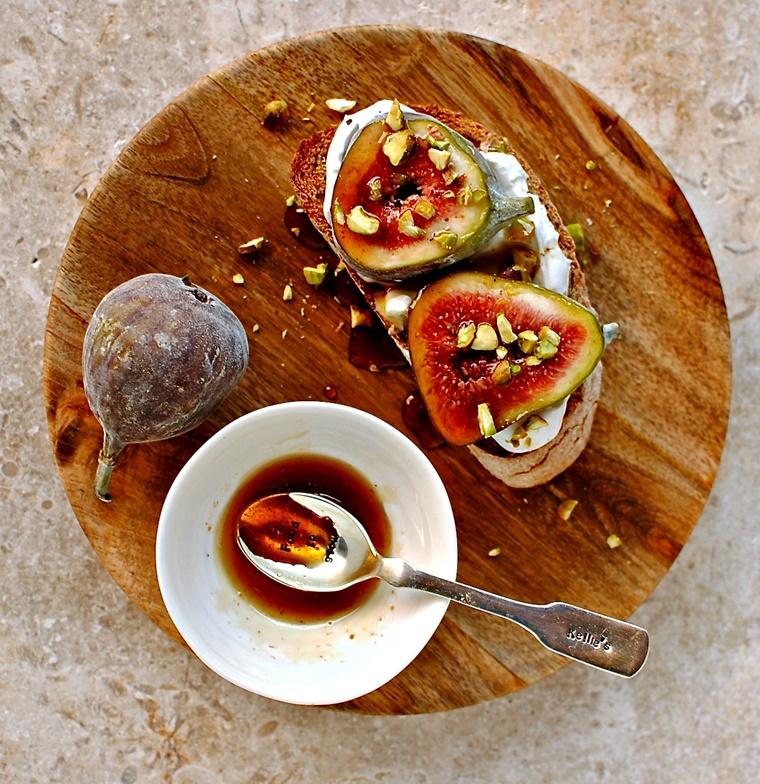 crostini di pane colazione farcitura fico