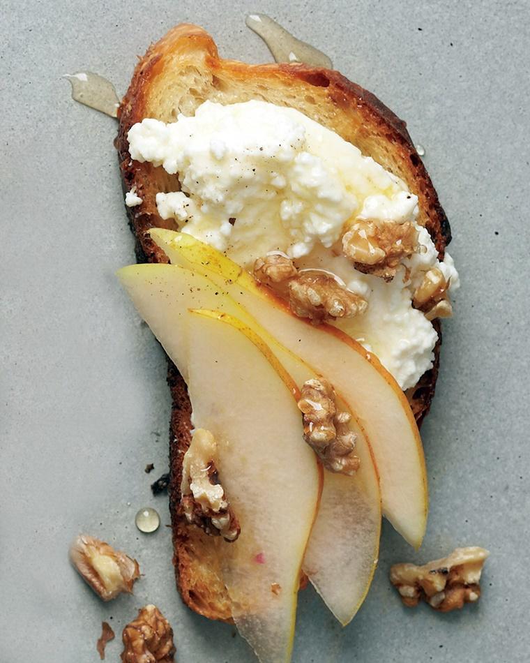 crostini di pane colazione formaggio pere