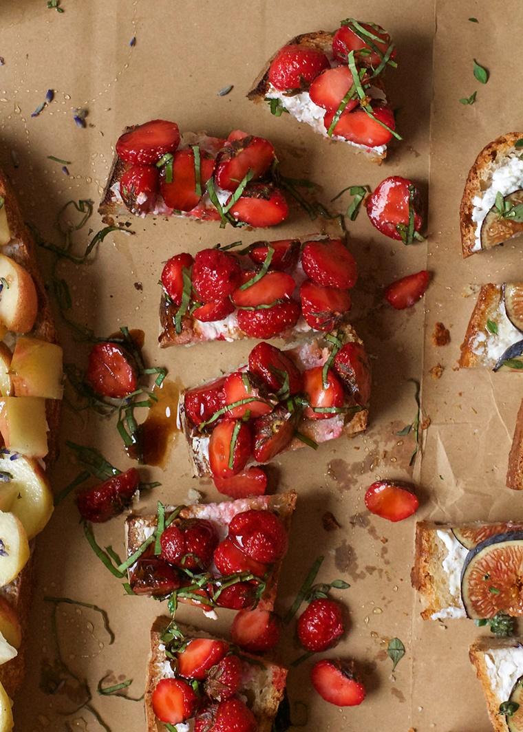 crostini di pane dolce colazione fragole