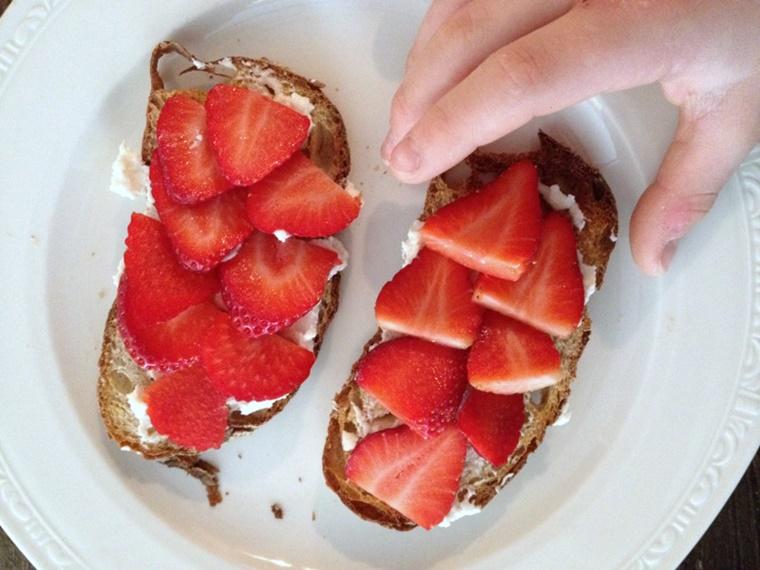 crostini di pane formaggio fragole ideali colazione