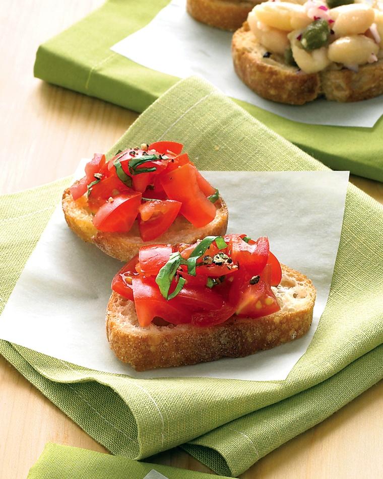 crostini di pane olio aglio pomodorini