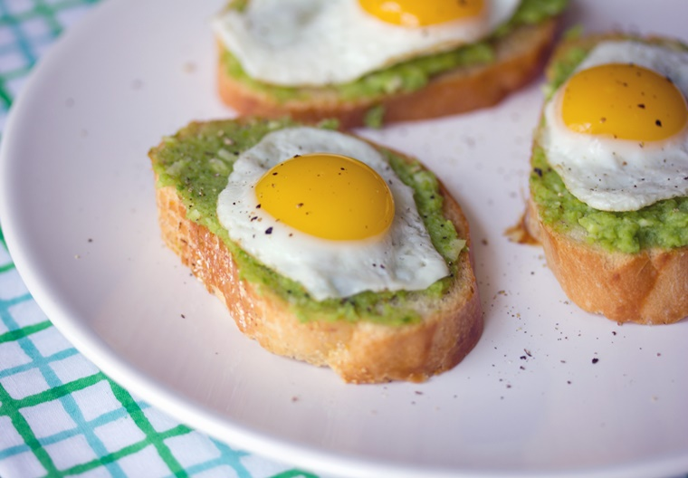 crostini di pane pesto uova
