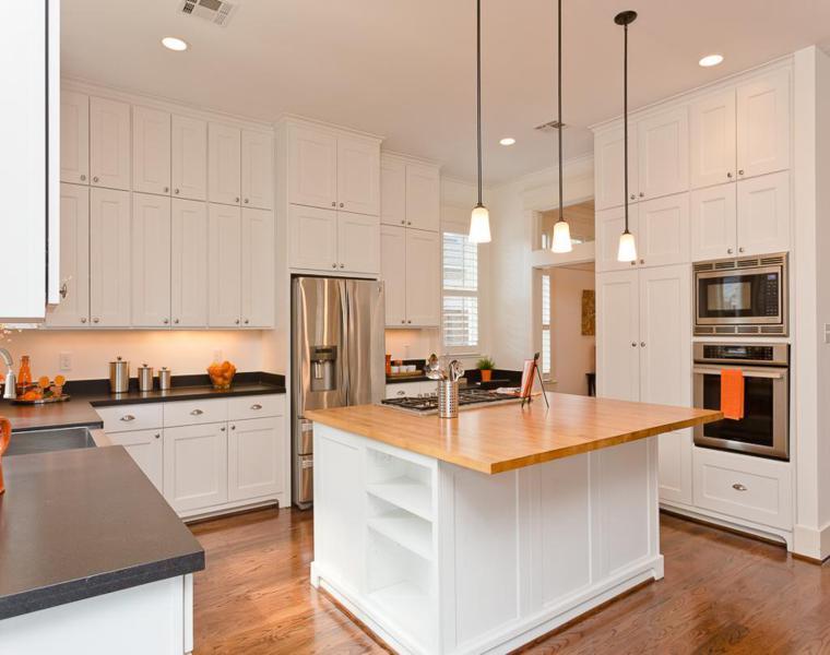 Cucine bianche moderne con inserti in legno - le nuove tendenze