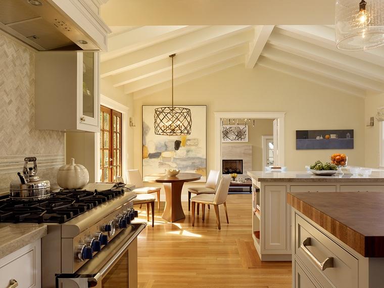 cucina moderna travi vista sbiancate quadri pareti