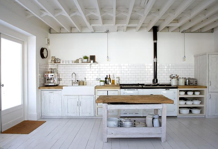 cucina rustica colore bianco travi vista