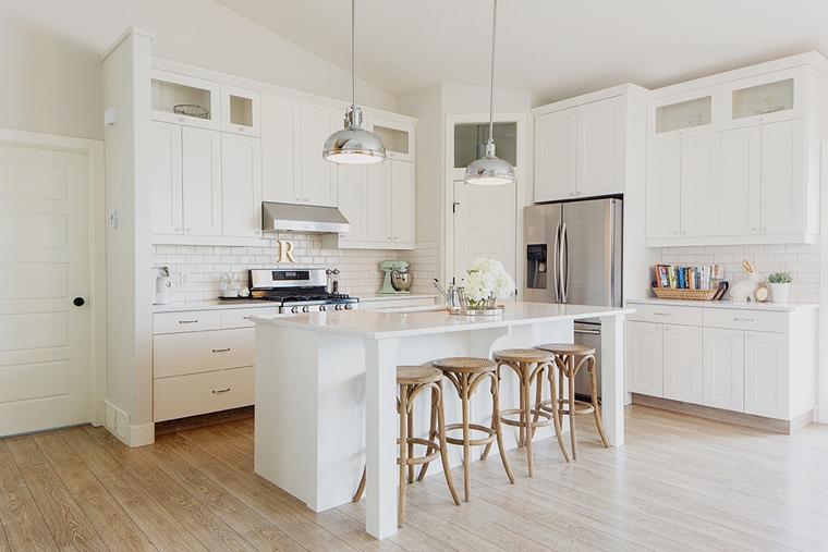 Cucine bianche moderne con inserti in legno le nuove tendenze - Cucine classiche bianche ...