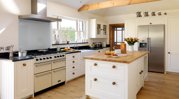 Cucine bianche moderne con inserti in legno le nuove - Cucine con isola centrale moderne ...