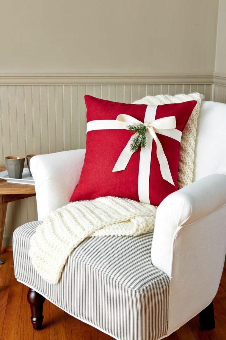 Cuscino decorato con nastro, cuscino decorato con rametti verdi, decorazioni di Natale