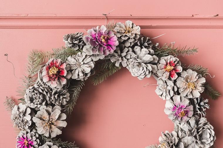 Corona natalizi con pigne e rametti verdi, addobbi natalizi fai da te, porta d'ingresso con corona