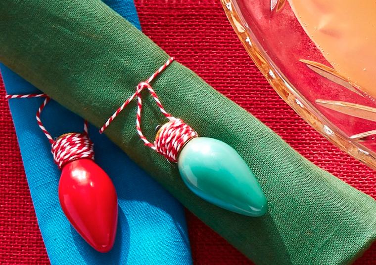 Lampadine dipinte con colori acrilici, tovaglioli legati con nastro bianco e rossi, decorazioni di Natale
