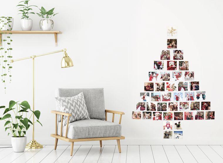 Alberi di Natale 2019 tendenze, fotografie incollate sul muro, mensola di legno con vasi di piante