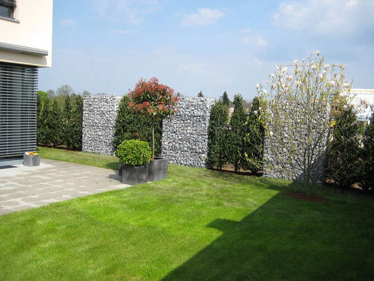 Gabbioni metallici utilizzati come recinzione tante idee for Giardino rustico traliccio decorativo