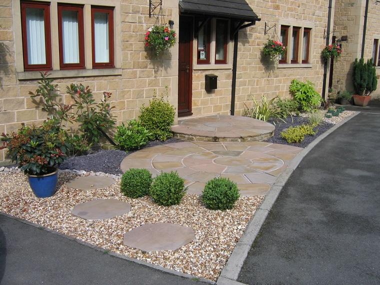 giardino con ghiaia ingresso curato
