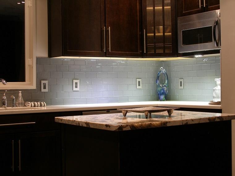 Paraschizzi cucina l 39 utile anche di tendenza - Piastrelle bianche cucina ...