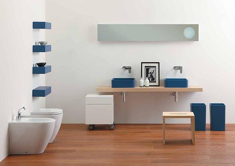 idee bagno pavimento parquet accessori blu