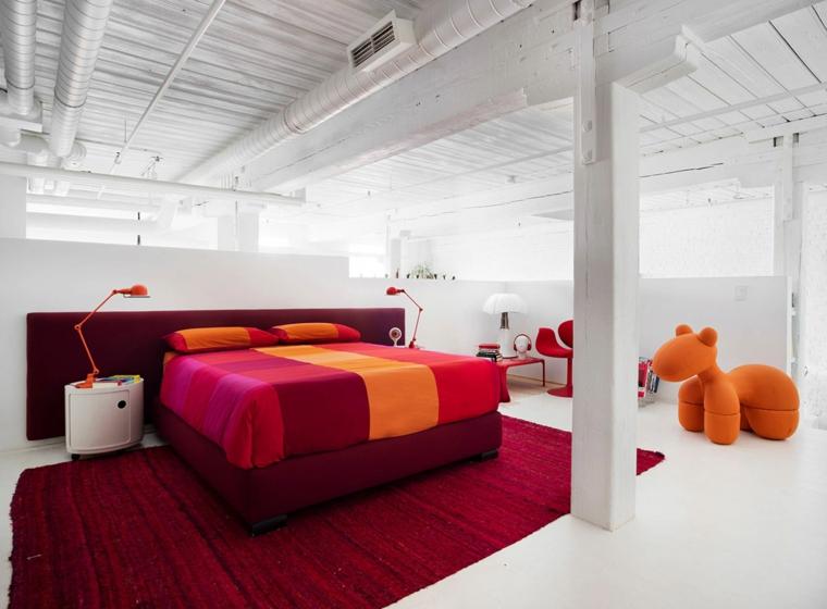 Camere da letto moderne bianche, testata letto di colore bordeaux, tappeto rosso, soffitto in legno