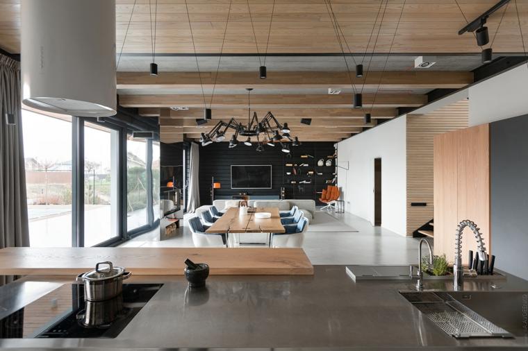 Open space con soffitto in legno, arredare salotto e sala da pranzo insieme