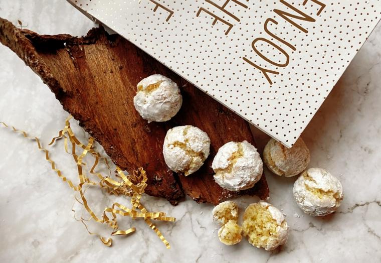 idee regalo donna biscotti con zucchero a velo e cartolina personalizzata
