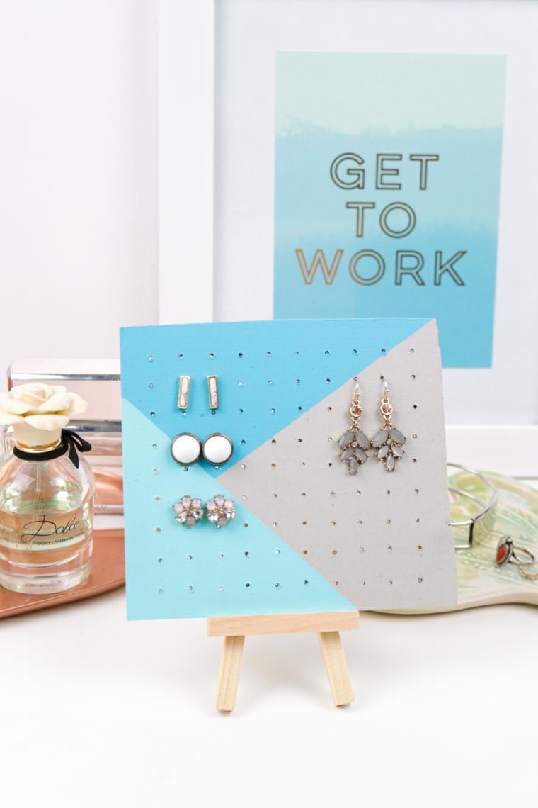 idee regalo per natale lavagnetta di legno con buchi per appendere gli accessori