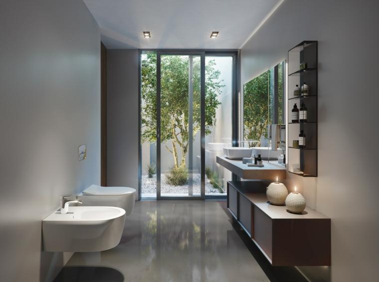 Arredo bagno, mobile di legno sospeso, lavabo da appoggio, pavimento in piastrelle