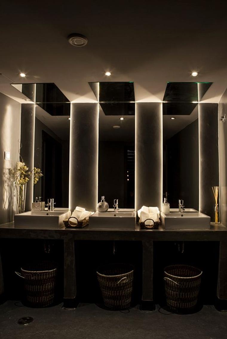 illuminazione bagno indiretta nascosta specchi faretti led