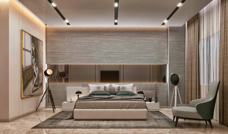 Parete in legno, parete con specchio, faretti sul soffitto, camere da letto matrimoniali moderne