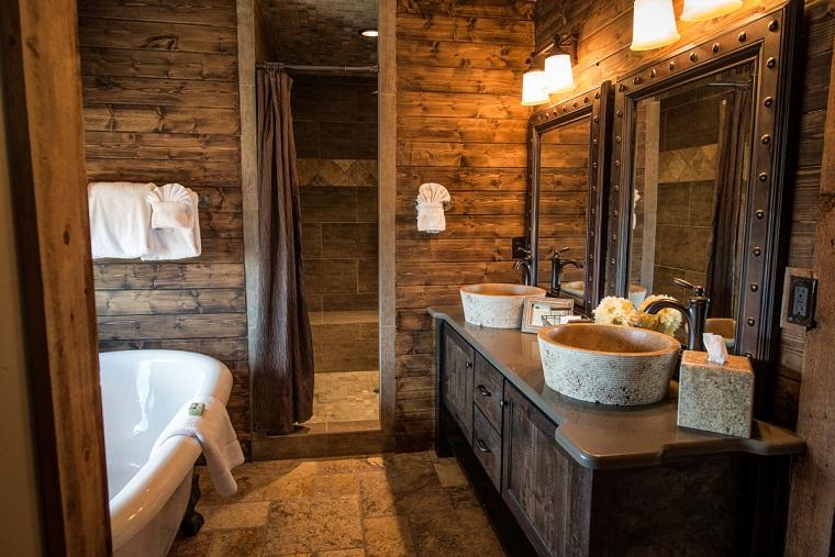 interior design bagno rustico vasca moderna