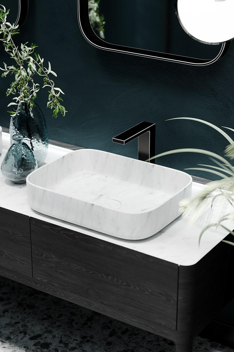 Mobile bagno doppio lavabo, mobile da bagno in legno, vasi con piante dalle foglie verdi