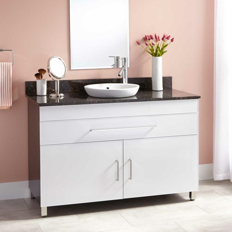 Mobile bagno salvaspazio, rivestimento mobile di marmo, parete colore rosa, vaso di fiori