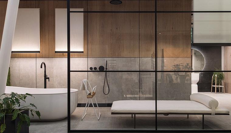Rivestimento parete in bagno in legno, vasca da bagno con angoli arrotondati, bagni moderni grigi
