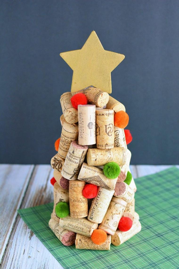 Alberi di Natale addobbati 2019, alberello con tappi di sughero, stella di legno