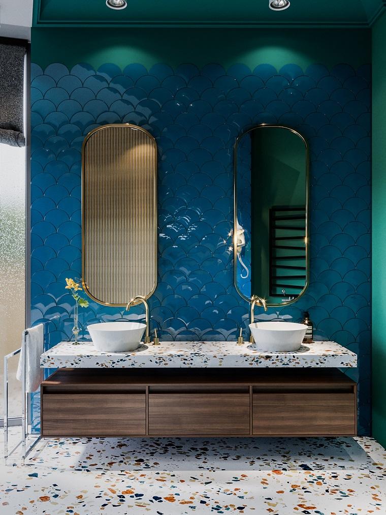 Mobile bagno con lavabo appoggio, pavimento con piastrelle di marmo, parete di blu lucido